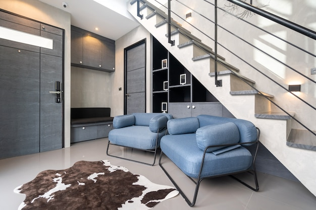 Canapé sous l'escalier dans une villa loft moderne et penthouse