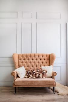 Canapé en tissu avec ours en peluche sur un mur blanc