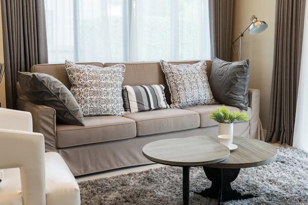 Canapé en tweed brun robuste avec coussins à motifs gris
