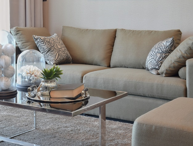 Canapé en velours confortable avec coussins à rayures grises dans le salon moderne