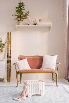 Canapé vintage rose poussiéreux dans le salon, décoré pour noël