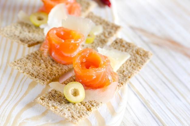 Canapés d'apéritif délicieux avec du saumon et du fromage