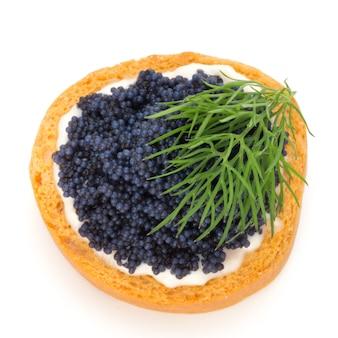Canapés au caviar d'esturgeon noir et aneth. isolé sur blanc.