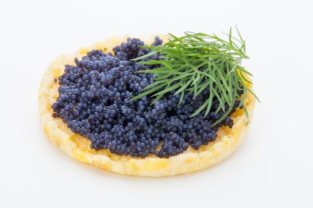 Canapés au caviar d'esturgeon noir et aneth. isolé sur le fond blanc.