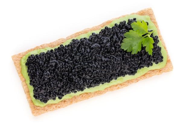 Canapés au caviar d'esturgeon noir et épices isolés sur fond blanc.