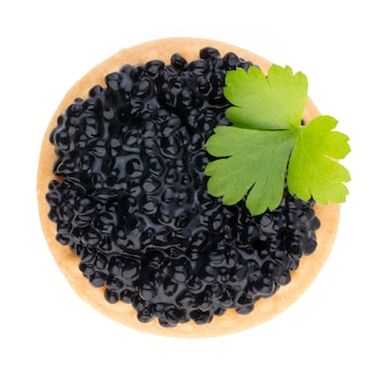 Canapés au caviar d'esturgeon noir et épices isolés