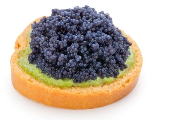 Canapés au caviar d'esturgeon noir sur fond blanc isolé.