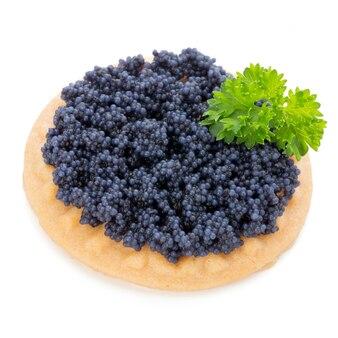 Canapés au caviar d'esturgeon noir et persil. isolé sur le fond blanc.