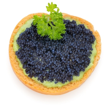 Canapés au caviar d'esturgeon noir et persil. isolé.