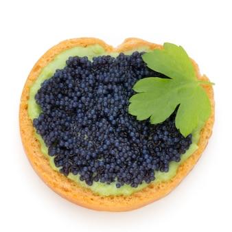 Canapés au caviar d'esturgeon noir et persil. isolé