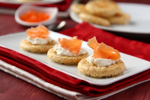 Canapés avec biscuits au son d'avoine, saumon fumé et fromage à la crème