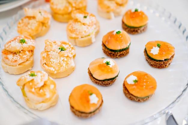 Canapés un buffet pratique pour nourrir de petits sandwichs au festival