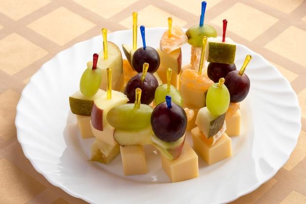 Canapés fruits sur l'assiette.