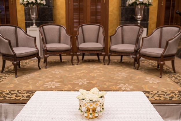 Canapés de luxe dans le salon de l'hôtel avec éclairage de nuit.