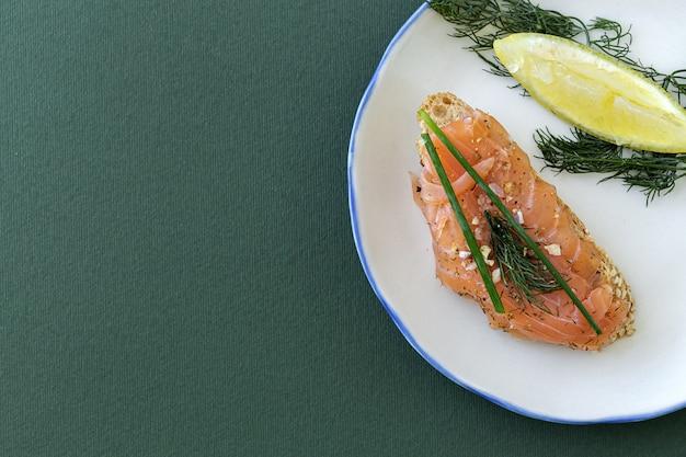 Canapés de saumon fumé norvégien au citron, sauce au fromage bleu, poivre et sel