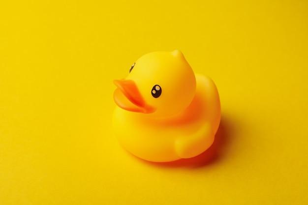 Canard en caoutchouc mignon sur fond jaune, gros plan