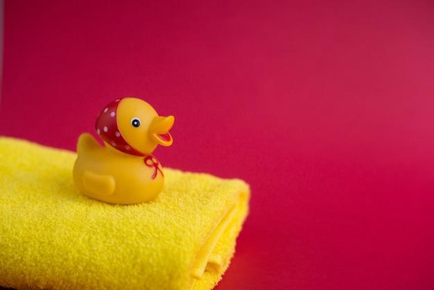 Canard en caoutchouc et tour jaune sur rouge