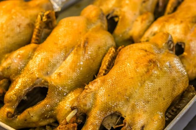 Canard cuit à la vapeur dans la sauce noire prêt à manger