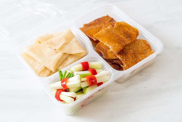 Canard laqué en boîte de livraison - style de cuisine chinoise
