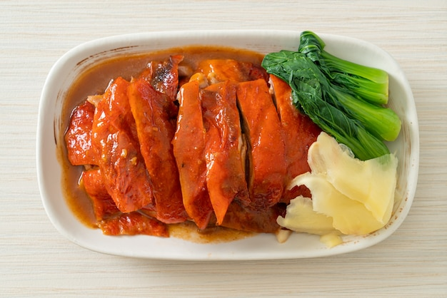 Canard laqué ou canard rôti à la sauce rouge barbecue - style cuisine chinoise
