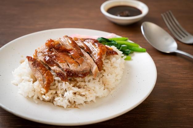 Canard rôti au barbecue sur riz