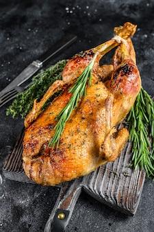 Canard rôti farci aux pommes au four, recette festive de noël.