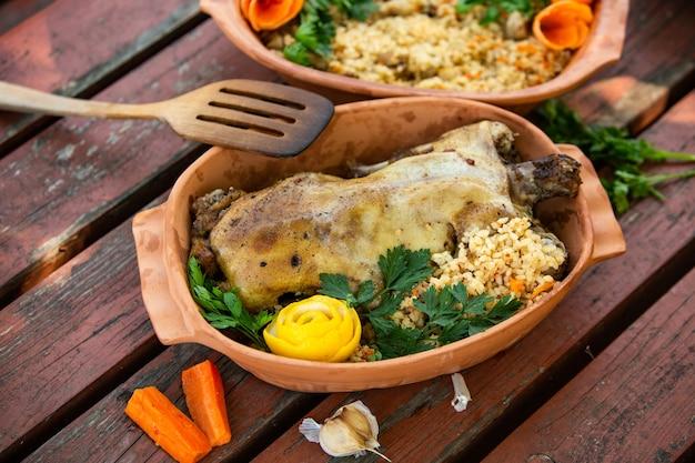 Canard rôti de noël servi sur une table de fête