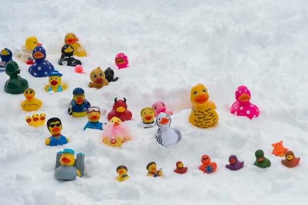 Canards en caoutchouc de taille variée sur la neige, whistler, colombie-britannique, canada