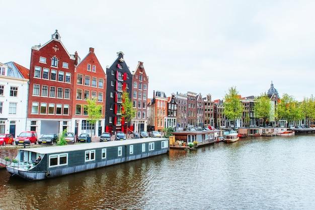 Canaux d'amsterdam et maisons typiques.