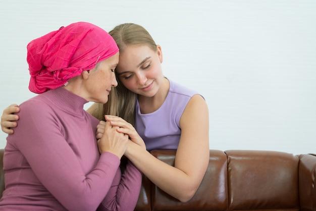 Cancer femme couchée soutenue par maman à la maison. concept de confiance et d'éthique