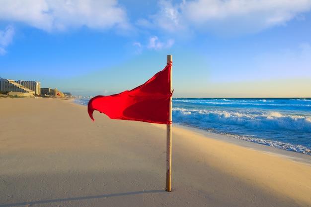 Cancun delfines beach drapeau rouge mexique
