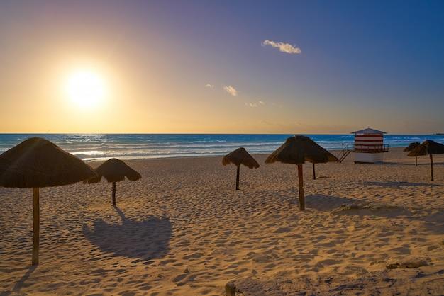 Cancun sunrise at delfines beach, mexique