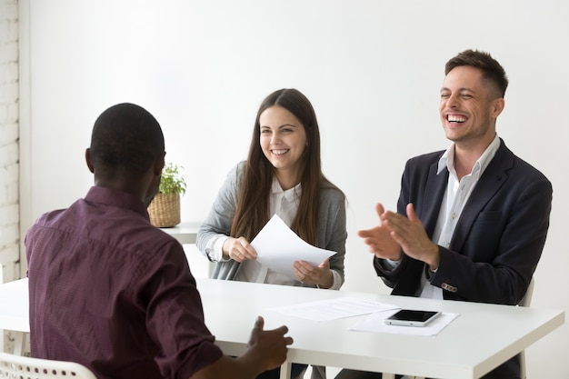 Un candidat africain fait rire son entretien d'embauche, bonne impression