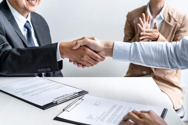 Candidat masculin serrant la main de l'intervieweur ou de l'employeur après un entretien d'embauche