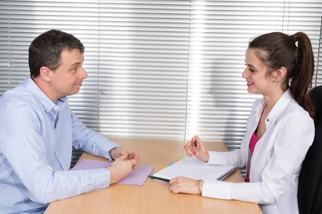 Candidat et recruteur, homme et femme au bureau avec des documents