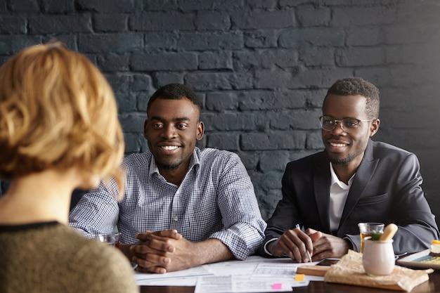 Candidate de race blanche en entrevue pour un poste au bureau lors d'un entretien d'embauche