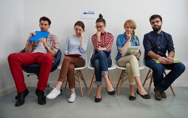 Candidats en attente d'un entretien d'embauche.