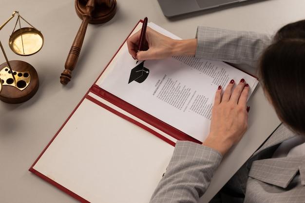 Candidature collégiale ou universitaire ou lettre de l'école. étudiant ou enseignant avec document d'éducation.