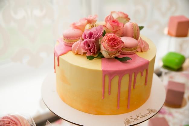 Candy bar. bonbons. la nourriture en vacances. table douce pour le mariage. se préparer pour la fête. repas de noces. crème glacée, gâteaux, macarons, muffins.
