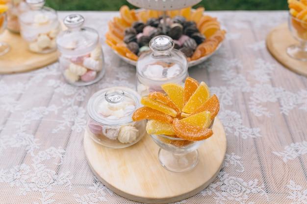 Candy bar. délicieux buffet sucré avec des petits gâteaux. buffet de vacances sucré avec cupcakes et autres desserts.