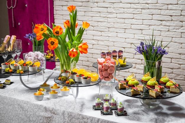 Candy bar, délicieux desserts aux fruits dans un restaurant