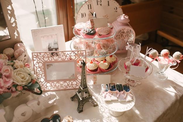 Candy bar lors d'un mariage ou d'une fête d'anniversaire en rose et blanc