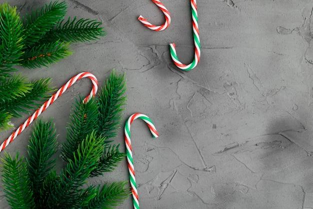 Candy cannes posés sur un fond en bois blanc. décoration de noël et du nouvel an.