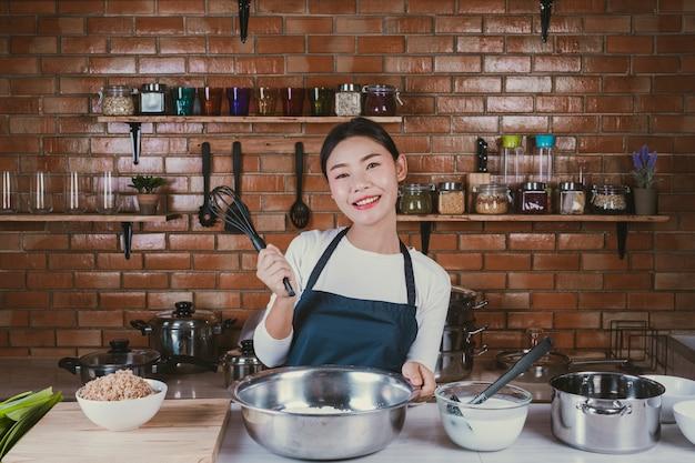 Candy girl dans la cuisine.