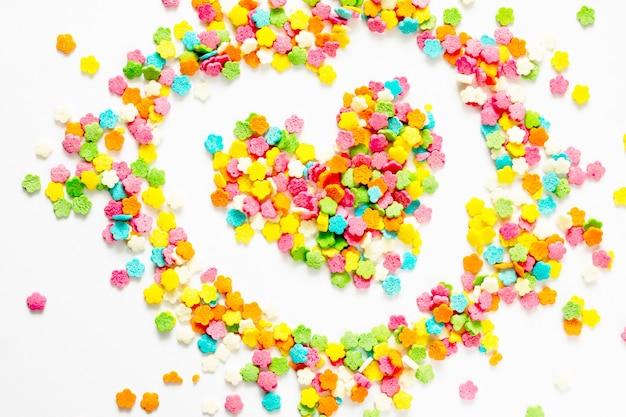 Candy se répandant sous forme de cœur.