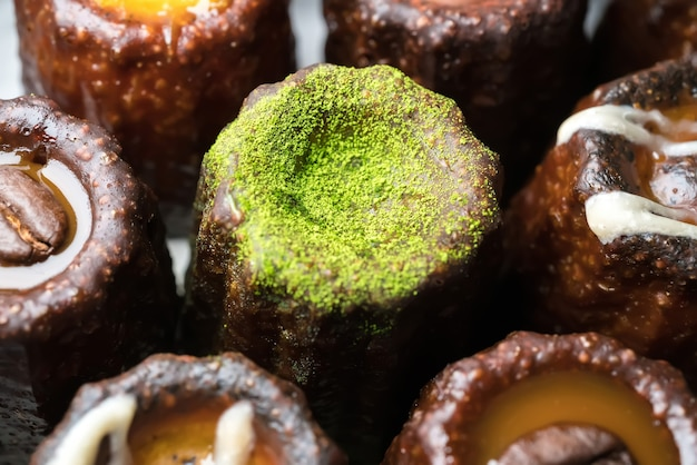 Caneles de bordeaux est une petite pâtisserie au rhum et à la vanille, dessert sucré traditionnel français.