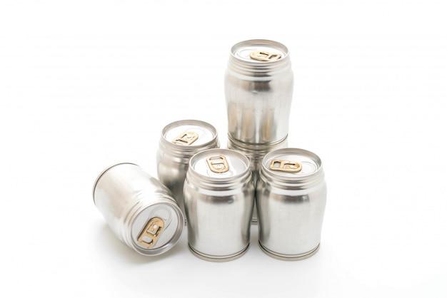 Canette en aluminium sur fond blanc