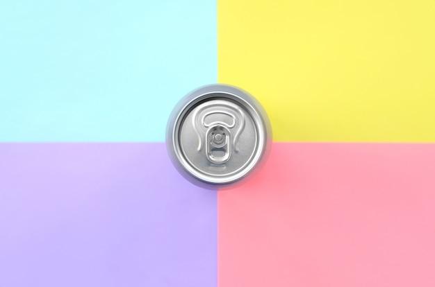 Canette de bière en aluminium argentée sur fond pastel