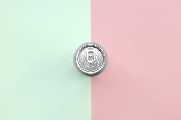 Canette de bière métallique sur la texture des couleurs pastel turquoise et rose