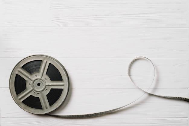 Canette de film sur la table blanche